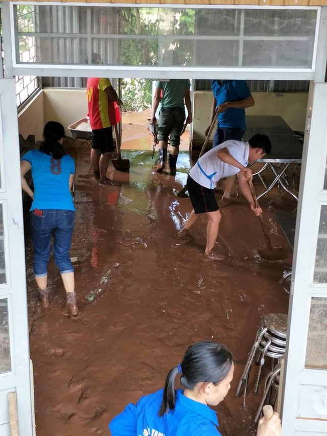 Cuộc sống của giáo viên ở vùng cao đã khó khăn, nay còn khốn khó hơn vì thiên tai bão lũ.