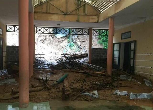 Sạt lở đất vùi lấp 3 phòng học tại trường Tiểu học Trung Sơn