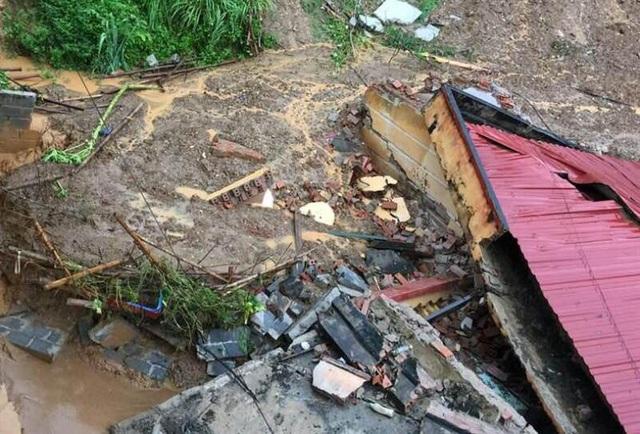 Rất may thời điểm sạt lở đất vùi lấp phòng học không có học sinh và giáo viên nên không gây thiệt hại về người