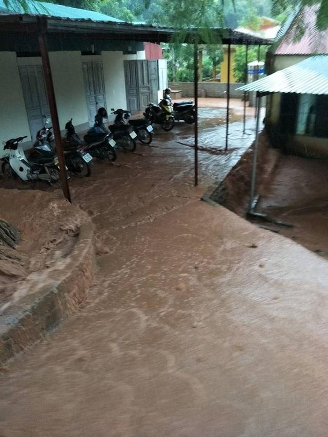 Kinh hoàng lũ ống đổ hàng trăm tấn bùn xuống Trường PTDTBT tiểu học Chà Nưa - 4