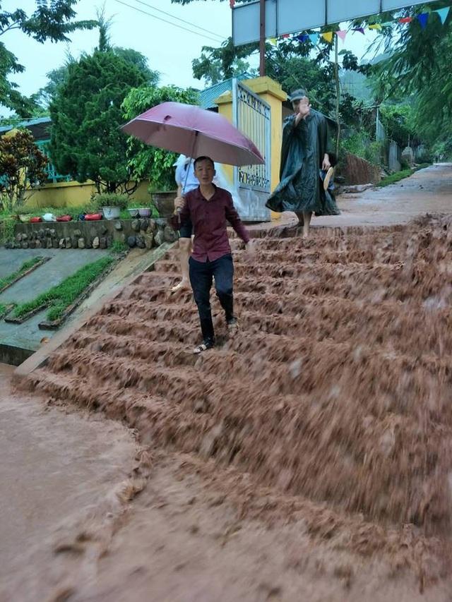 300m bờ kè chắn lũ bị cuốn trôi nên bùn đất thi nhau đổ xuống Trường PTDTBT tiểu học Chà Nưa