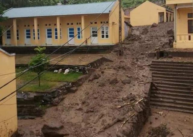 Sạt lở vùi lấp nhiều nhà dân và trường học.