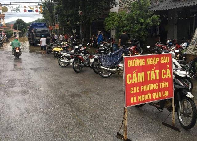 Chính quyền huyện Bá Thước đặt biển cảnh báo qua đoạn đường ngập sâu