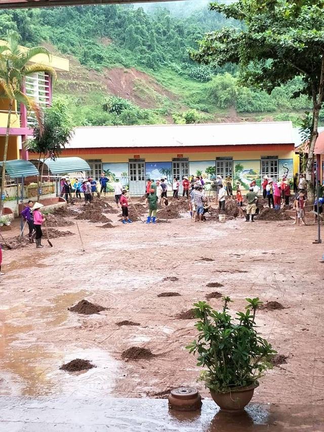 Hàng trăm tấn bùn đất đang được thu gom, quét dọn để giáo viên, học sinh nhà trường chuẩn bị khai giảng năm học mới