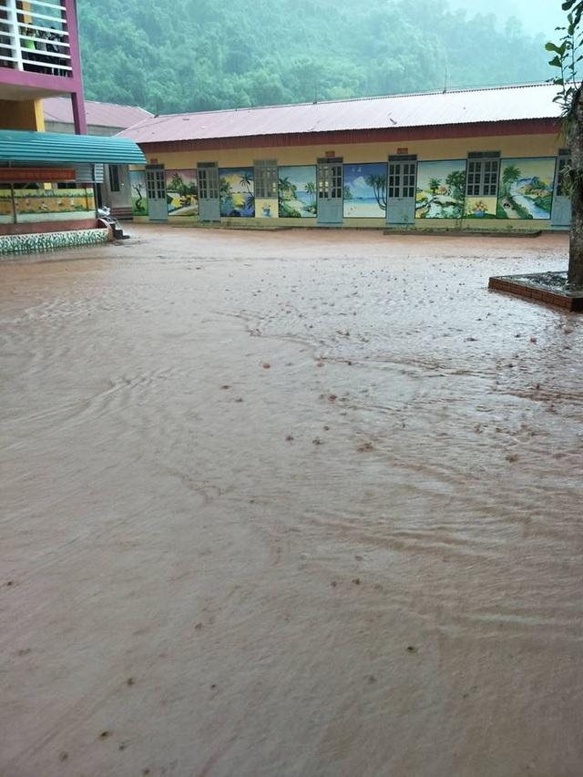 Bùn đất ngập toàn bộ sân trường và nhiều phòng học