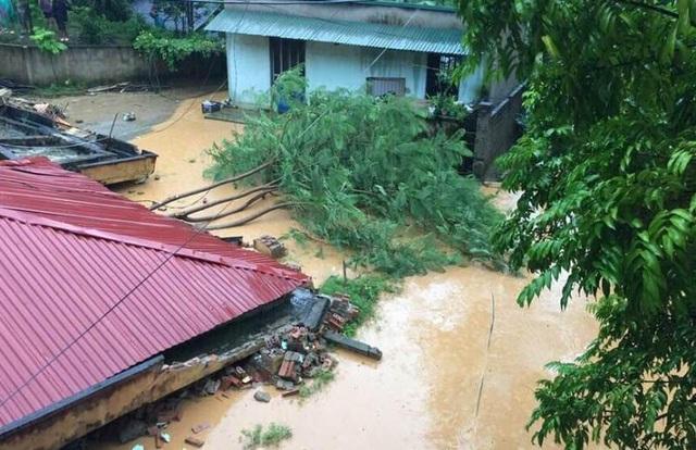 Mưa lớn vẫn đang tiếp diễn, gây ra tình trạng ngập lụt và nguy cơ sạt lở cao