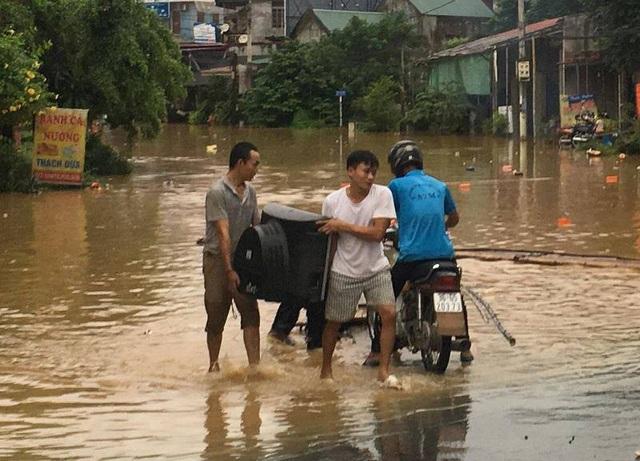 Người dân phải sơ tán tài sản đến nơi an toàn do ngập lụt