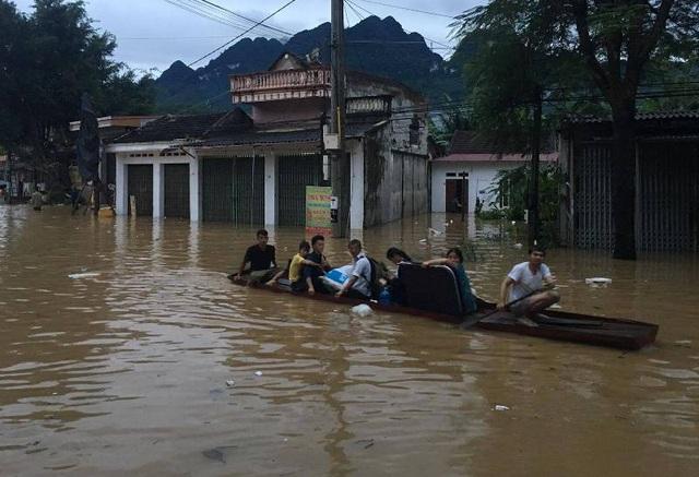 Do tình trạng ngập lụt nên người dân phải di chuyển trên đường bằng thuyền