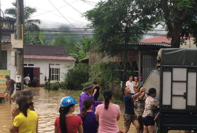 Nước lũ nhấn chìm nhiều ngôi nhà, cuốn trôi nhiều tài sản - 8