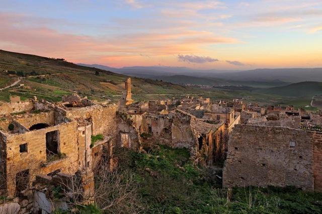 Thị trấn ma Poggioreale rơi vào tình trạng bất ổn sau một loạt các trận động đất vào những năm 1960.