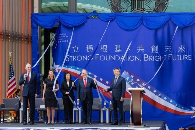 Nhà lãnh đạo Đài Loan Thái Anh Văn (giữa) và Chủ tịch AIT James Moriarty (trái) cùng các quan chức Mỹ tại lễ khai trương văn phòng mới của AIT ở Đài Bắc hồi tháng 6. (Ảnh: Taiwan Today)