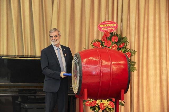 GS – Hiệu trưởng Patrick Boiron đánh trống khai trường năm học 2018 - 2019