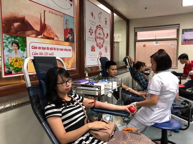Chiều cùng ngày, rất nhiều bạn trẻ đến Viện Huyết học và Truyền máu tham gia hiến máu.