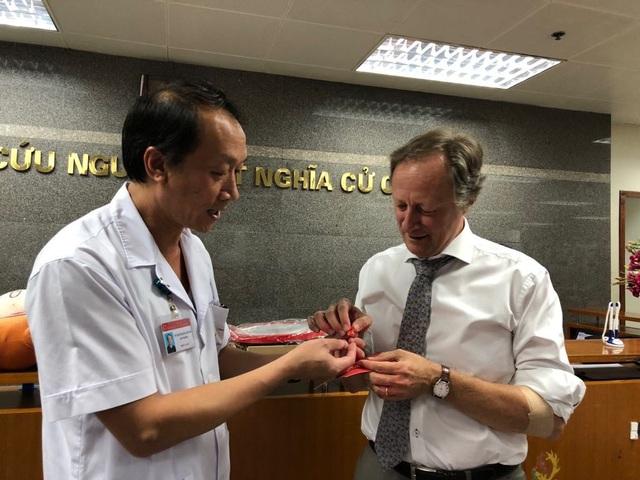 TS Bạch Quốc Khánh, Viện trưởng Viện Huyết học và Truyền máu Trung ương trao huy hiệu máu nhóm O cho ông Bruno Angelet.