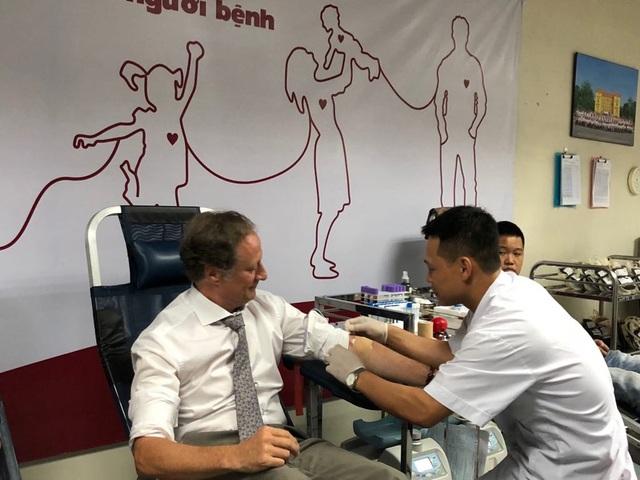 Việt Nam thiếu máu nhóm O, Trưởng đại diện Liên minh châu Âu 4 lần hiến máu - 1