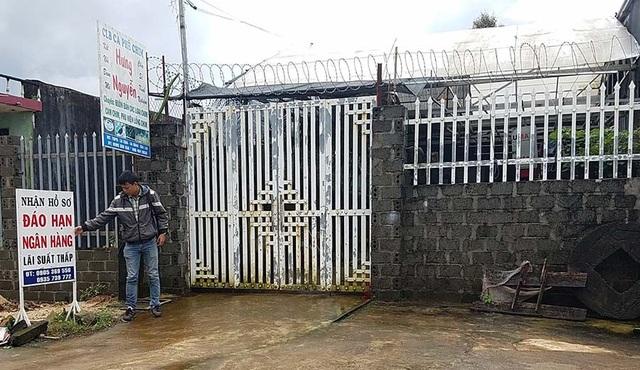 Ngôi nhà của Hường cửa đóng then cài, không có người ra vào; phía ngoài cổng có tấm biển quảng cáo nhận hồ sơ đáo hạn ngân hàng.