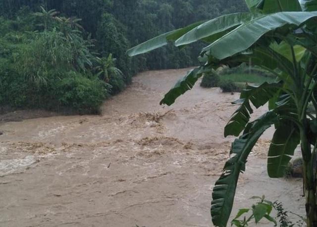 Nước sông Lò trên địa bàn huyện Quan Sơn đang lên nhanh