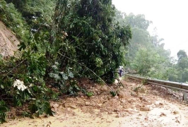 Nhiều tuyến giao thông tại các huyện miền núi Thanh Hóa bị sạt lở gây chia cắt, cô lập