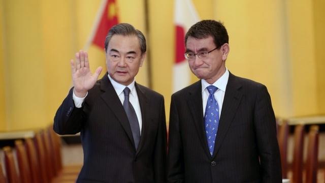 Ngoại trưởng Trung Quốc Vương Nghị (trái) và Thứ trưởng ngoại giao Nhật Bản Takeo Akiba tại Bắc Kinh ngày 29/8 (Ảnh: AFP)