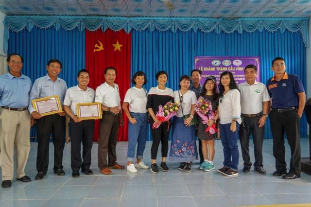 Các thành viên Câu lạc bộ Golf Tân Sơn Nhất nhận hoa và giấy cảm tạ của địa phương thay lời cảm ơn.