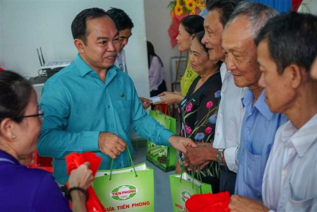 Đại diện Công ty CP Nhựa Thiếu niên Tiền Phòng trao quà cho các hộ nghèo.