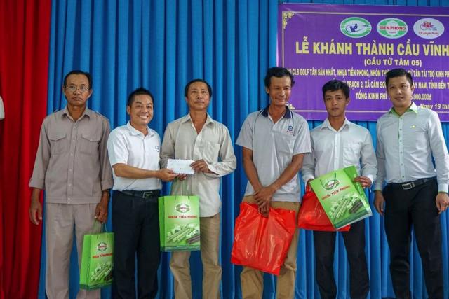 Đại diện Câu lạc bộ Golf Tân Sơn Nhất trao quà cho đội thi công cầu.