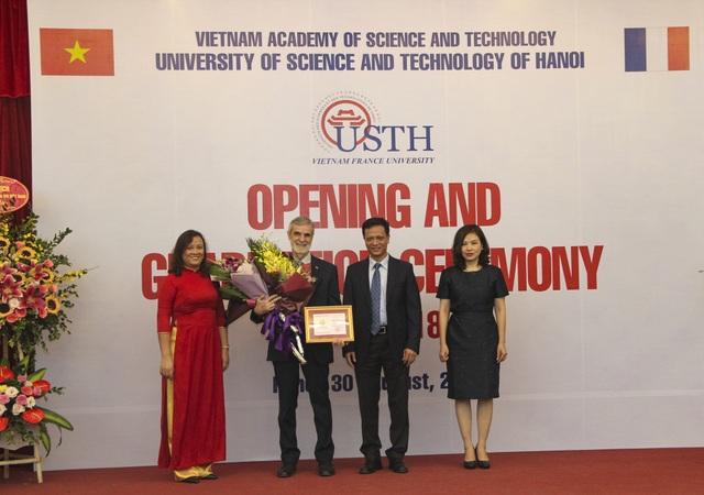 GS Patrick Boiron nhận Kỷ niệm chương vì sự nghiệp giáo dục do Bộ GD&ĐT trao tặng