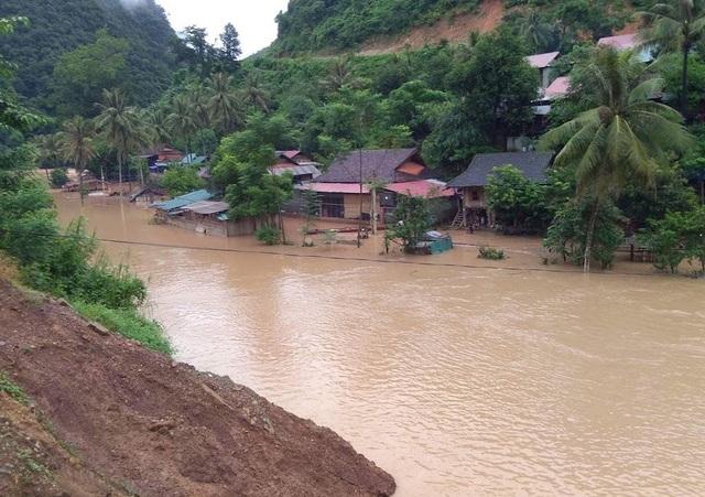 Quốc lộ chia cắt, nước ngập nhà, người dân nháo nhác chạy lũ - 1