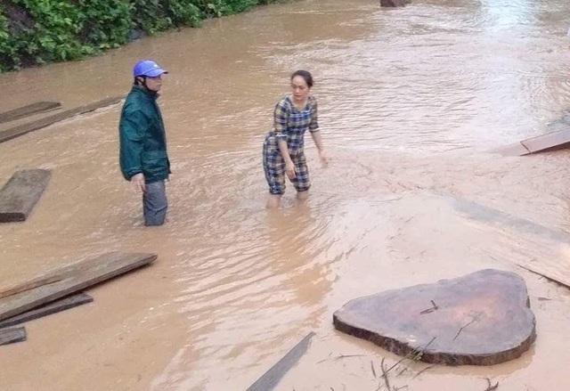 Quốc lộ chia cắt, nước ngập nhà, người dân nháo nhác chạy lũ - 3