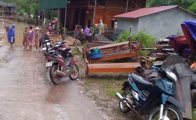 Người dân nhốn nháo chuyển đồ đạc ra khỏi nhà tránh thiệt hại.
