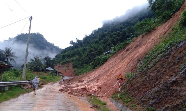 Quốc lộ chia cắt, nước ngập nhà, người dân nháo nhác chạy lũ - 11