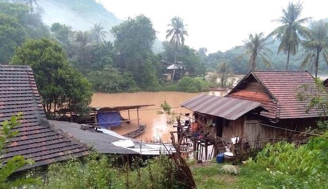 Nhiều nhà dân đặt trong tình trạng báo động nước dâng cao.