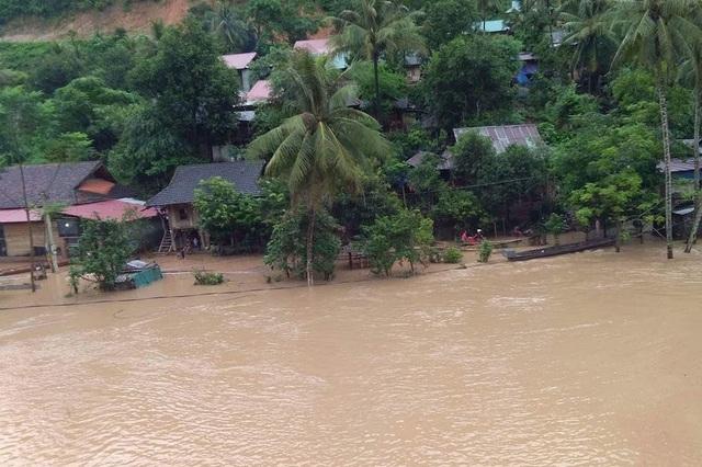Lũ lên gây ngập nhà dân ở xã Mỹ Lý, huyện Kỳ Sơn.