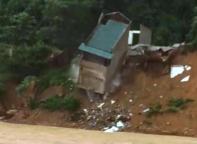 Do ảnh hưởng mưa lớn, sạt lở nên ngôi nhà bị đổ sập xuống sông