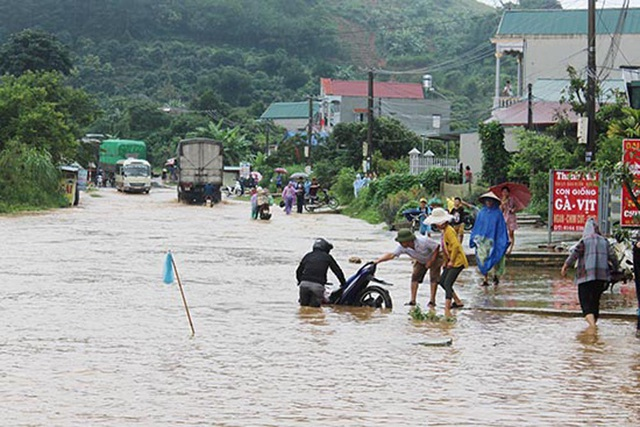Tuyến quốc lộ 6 đoạn qua Tiểu khu 10, xã Hát Lót (Mai Sơn) bị ngập úng gây ách tắc giao thông. (Ảnh: CTV).