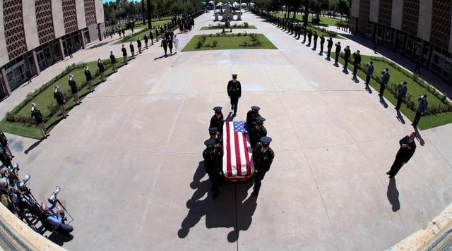 Ngày 29/8, linh cữu của Thượng nghị sĩ John McCain đã được đưa tới tòa nhà nghị viện ở Phoenix, bang Arizona và một nghi thức tưởng niệm đã diễn ra ở đây.