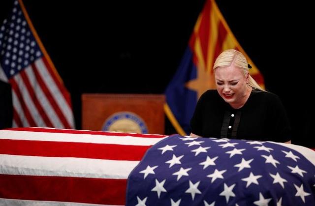 Meghan McCain, con gái ông John McCain, bật khóc khi tới gần linh cữu của cha.