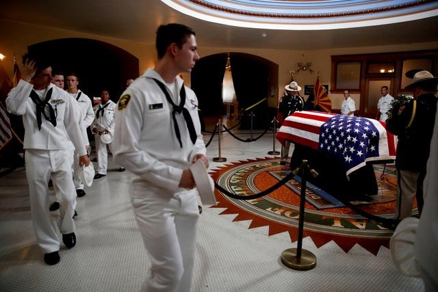 Lính Hải quân Mỹ bước qua linh cữu Thượng nghị sĩ John McCain tại tòa nhà nghị viện.