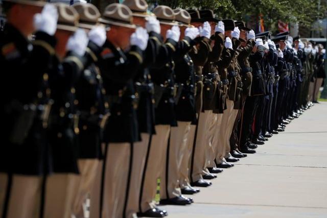 Đội danh dự giơ tay chào trang nghiêm khi linh cữu của Thượng nghị sĩ McCain được đưa vào tòa nhà nghị viện Arizona.