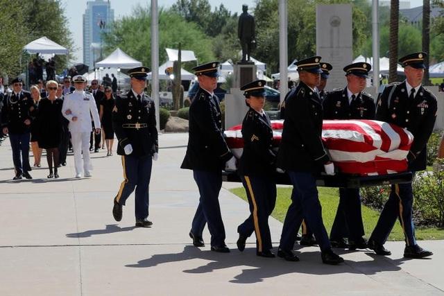 Đội Vệ binh Quốc gia Arizona đưa linh cữu phủ quốc kỳ Mỹ vào tòa nhà nghị viện. Arizona là bang quê nhà mà ông John McCain làm đại diện tại quốc hội Mỹ trong hơn 30 năm.