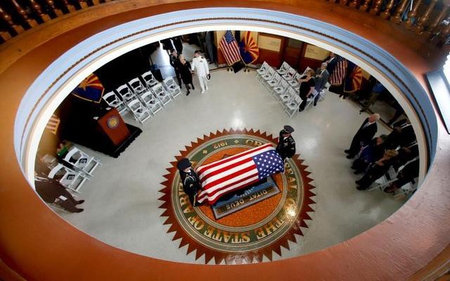 Đây là hoạt động đầu tiên trong các nghi lễ tưởng niệm kéo dài 5 ngày sau khi Thượng nghị sĩ John McCain qua đời ở tuổi 81 do căn bệnh ung thư não.