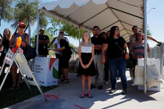 Hàng nghìn người Mỹ đã xếp thành từng hàng di chuyển vào tòa nhà nghị viện Arizona để nói lời tạm biệt với ông. Do thời tiết nắng nóng (41 độ C), ban tổ chức đã căng hơn 10 tấm bạt để tạo bóng mát cho người dân.