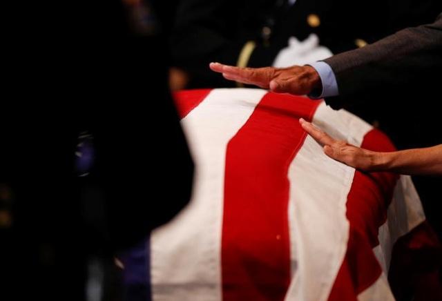 Nhiều người đã đặt tay lên linh cữu Thượng nghị sĩ John McCain để chào tạm biệt ông.