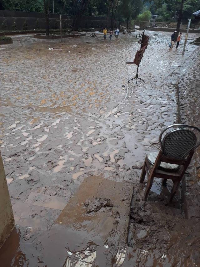 Trước đó, ngày 28/8, cơn lũ đầu tiên ập xuống với hàng trăm tấn bùn đất