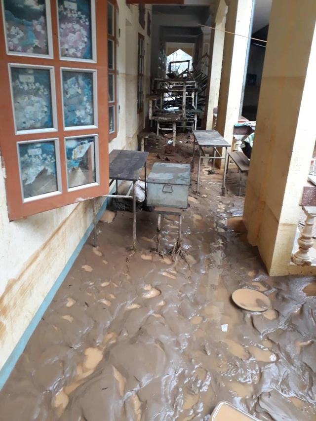 Hơn 60 bộ bàn ghế cũng bị ngập nặng