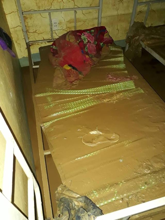 Chăn màn, giường chiếu của học sinh ngập trong bùn