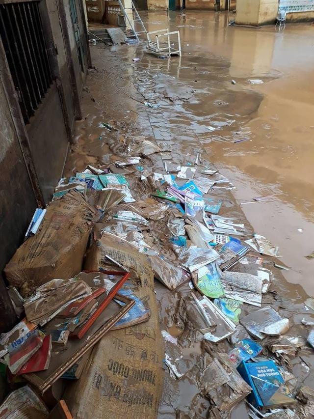 Hàng trăm bộ sách khoa và vở viết bị lũ nhấn chìm