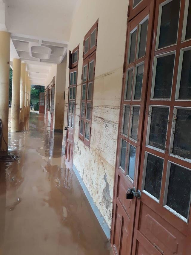 Cả trường THCS Nà Ớt ngập trong bùn đất