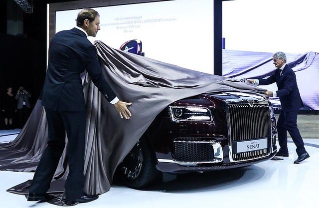 Bộ trưởng Công nghiệp và Thương mại Nga Denis Manturov và Giám đốc điều hành Aurus Hilgert Franz Gerhand đã kéo tấm vải che phủ chiếc Aurus Senat tại triển lãm ô tô ở Moscow để giới thiệu với công chúng.