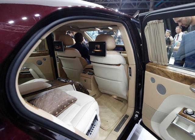 Chiếc Aurus của Tổng thống Putin được trang bị nội thất làm từ da, gỗ và kim loại quý, cùng các tính năng chống đạn bảo vệ an toàn cho người ngồi bên trong xe.